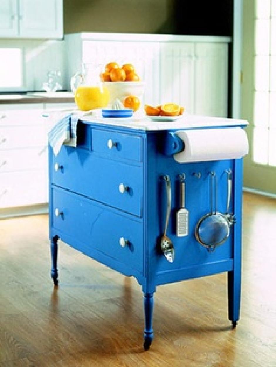 Renuévalos: Una manera sencilla es repintar los muebles de colores vivos o con diseños fuera de lo común, así podrás verlo siempre renovado.