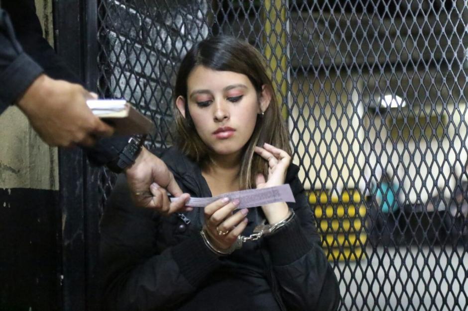 Una mujer embarazada fue detenida con una pistola 9 milímetros. (Foto: Alejandro Balán/Soy502)