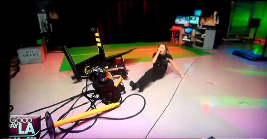 La presentadora Lisa Breckenridge sufrió una dura caída en vivo. (Foto: Captura de video)