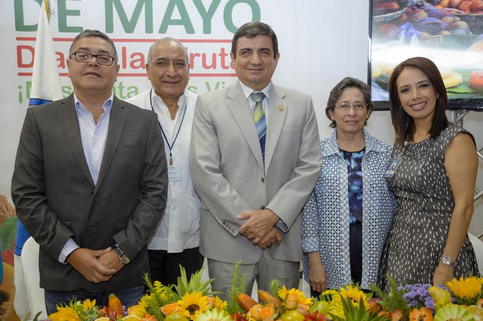 Representantes de Agexport, Ministerio de Agricultura Ganadería y Alimentación, INCAP y Walmart, juntos celebrando el día de la fruta. (Foto: George Rojas /Soy502)