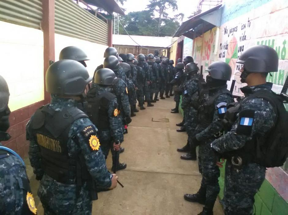 Cientos de agentes de la PNC participan en la requisa en Pavoncito. (Foto: PNC)