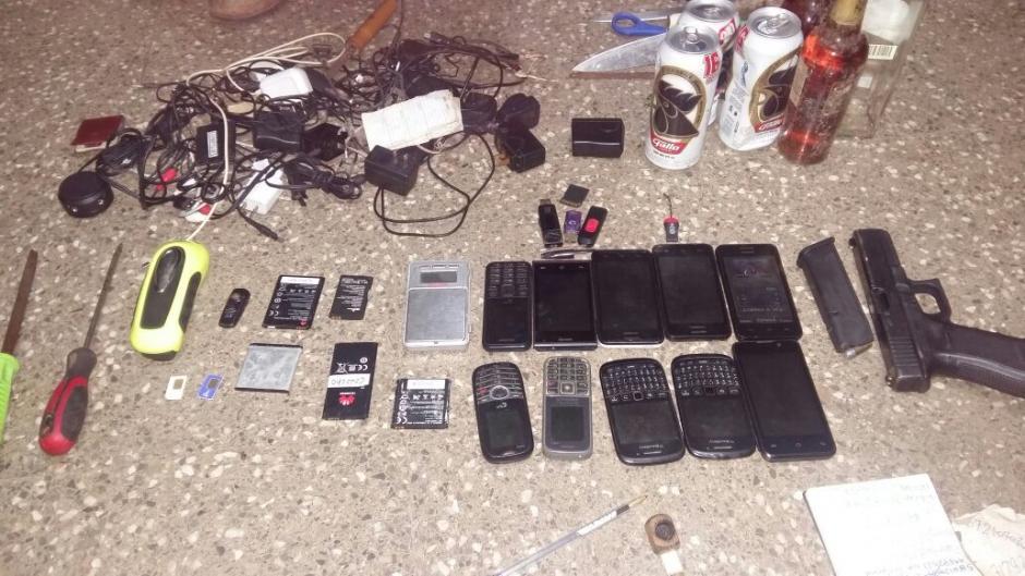Durante una requisa fueron localizados teléfonos celulares y otros ilícitos. (Foto: Sistema Penitenciario)