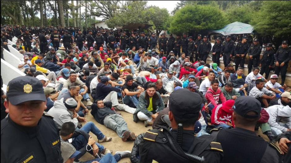 Los privados de libertad fueron instalados en los patios mientras se efectuó la requisa. (Foto: PNC)