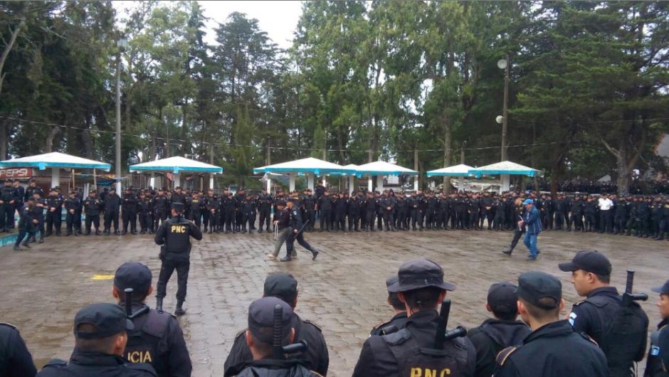 El operativo inició a primera hora y hasta las 18 horas continuaba en el penal. (Foto: PNC)