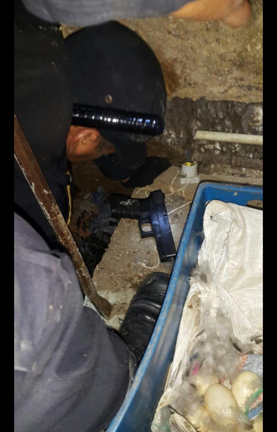 Las armas de fuego fueron encontradas en caletas y en el techo de uno de los patios. (Foto: PNC)