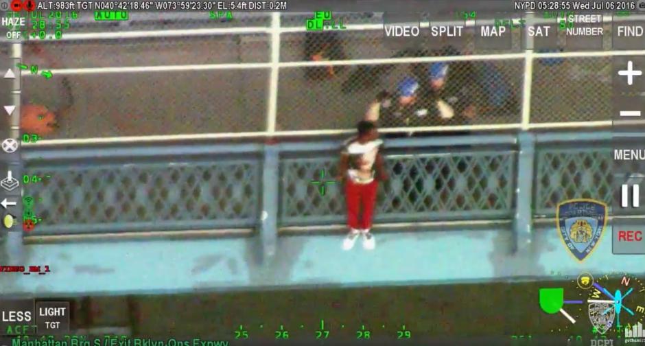 Los rescatistas trataban de ayudarlo. (Captura de pantalla: Gothamist/YouTube)