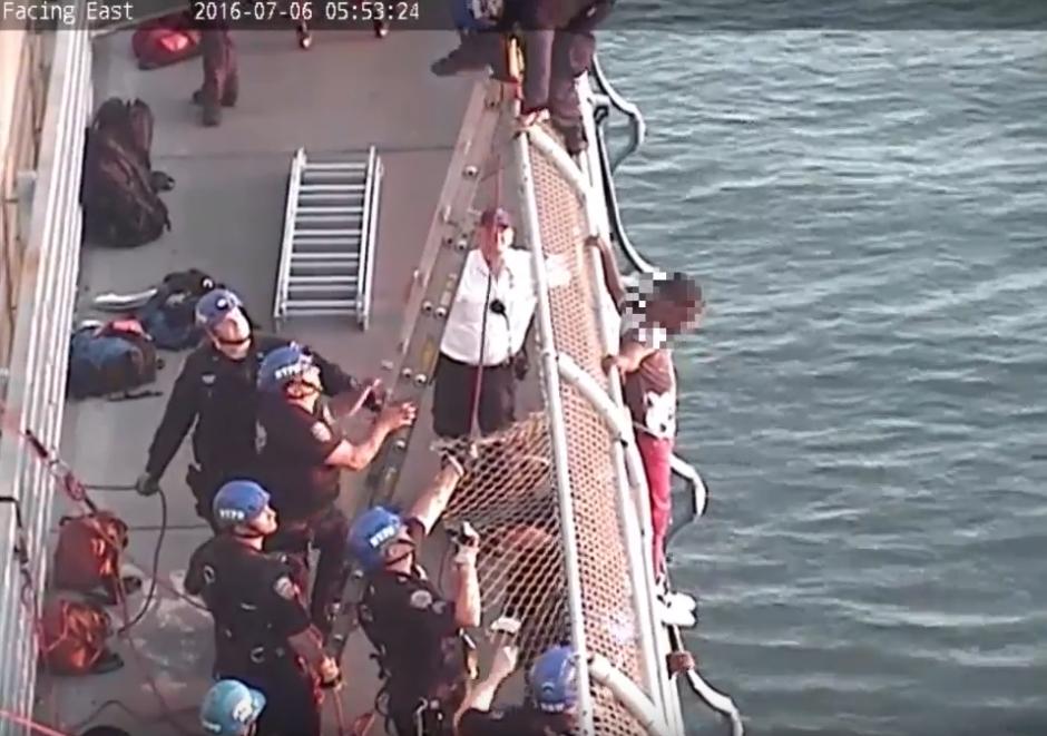 Después de más de 30 minutos de platicar con él, lo convencieron de no saltar. (Captura de pantalla: Gothamist/YouTube)