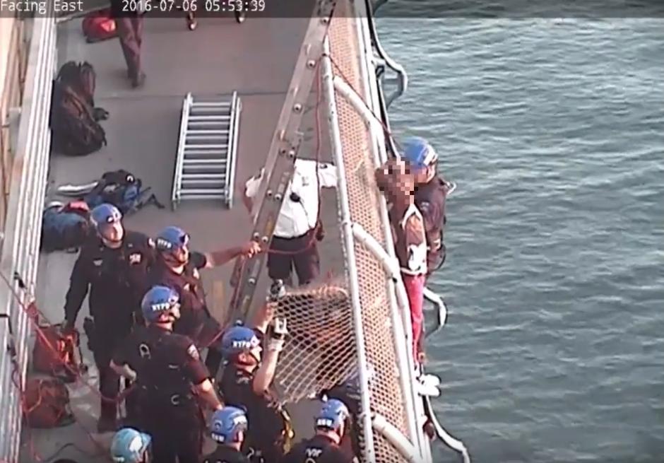 Los rescatistas rompieron la malla para lograr llegar hasta el joven. (Captura de pantalla: Gothamist/YouTube)