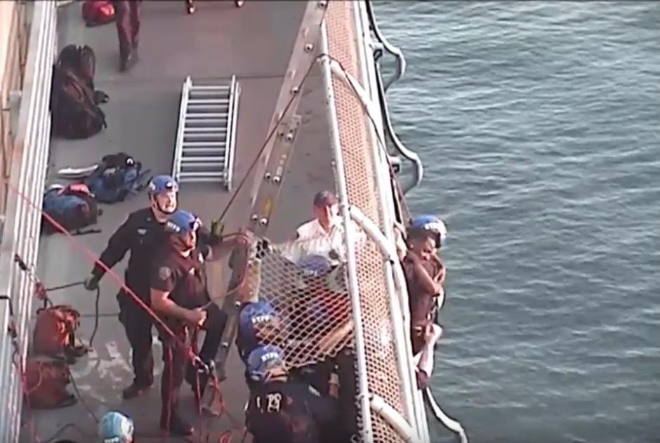 Uno de los rescatistas logró llegar hasta el joven para rescatarlo. (Captura de pantalla: Gothamist/YouTube)