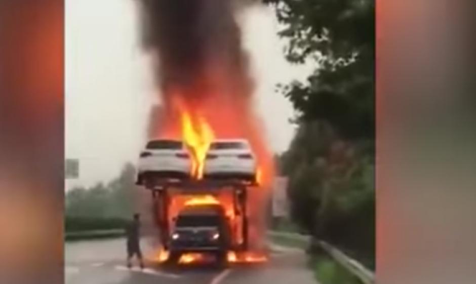 Un remolque que transporta varios vehículos se incendia. (Captura de pantalla: WorldWideTV/YouTube)