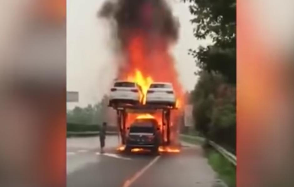 Los carros se queman ante la mirada de decenas de personas que pasan cerca. (Captura de pantalla: WorldWideTV/YouTube)