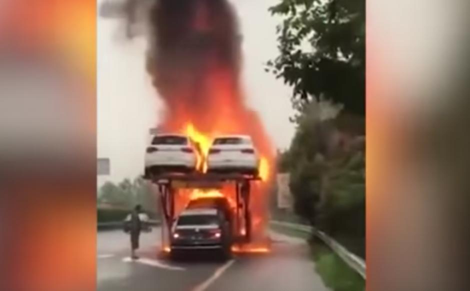 Un hombre observa como alguien arriesga su vida por rescatar uno de los carros. (Captura de pantalla: WorldWideTV/YouTube)