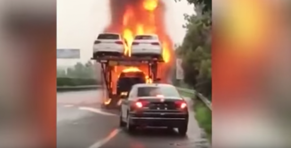 El hombre logra sacar el vehículo y así evita que se queme. (Captura de pantalla: WorldWideTV/YouTube)