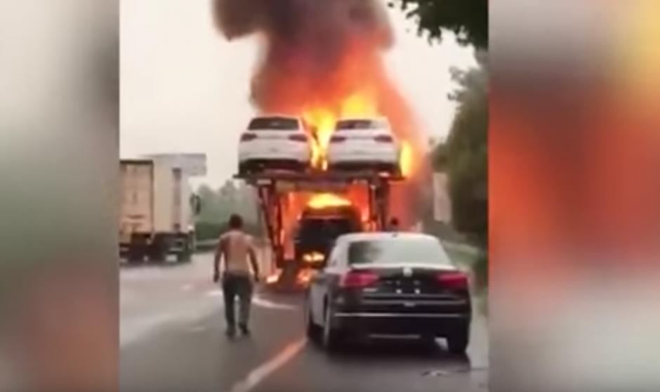 El hombre regresa a ver como los carros se queman. (Captura de pantalla: WorldWideTV/YouTube)
