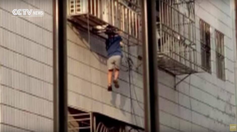 Un video permite ver al niño colgando del balcón. (Imagen: captura de YouTube)