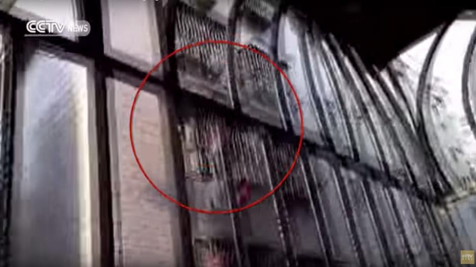 Sin pensarlo dos veces, un hombre escala el edifico para rescatar al niño. (Imagen: captura de YouTube)