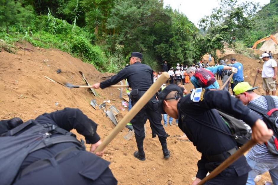 La policía se une para ayudar en el rescate. (Foto: Jesús Alfonso/Soy502)
