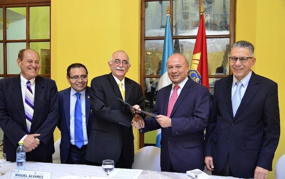 Autoridades durante el acto simbólico. (Foto: Selene Mejía/Soy502)