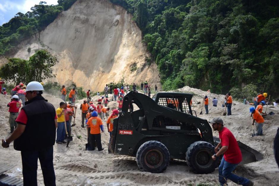 La maquinaria llegó al lugar para ayudar con las labores de rescate. (Foto: Jesús Alfonso/Soy502)