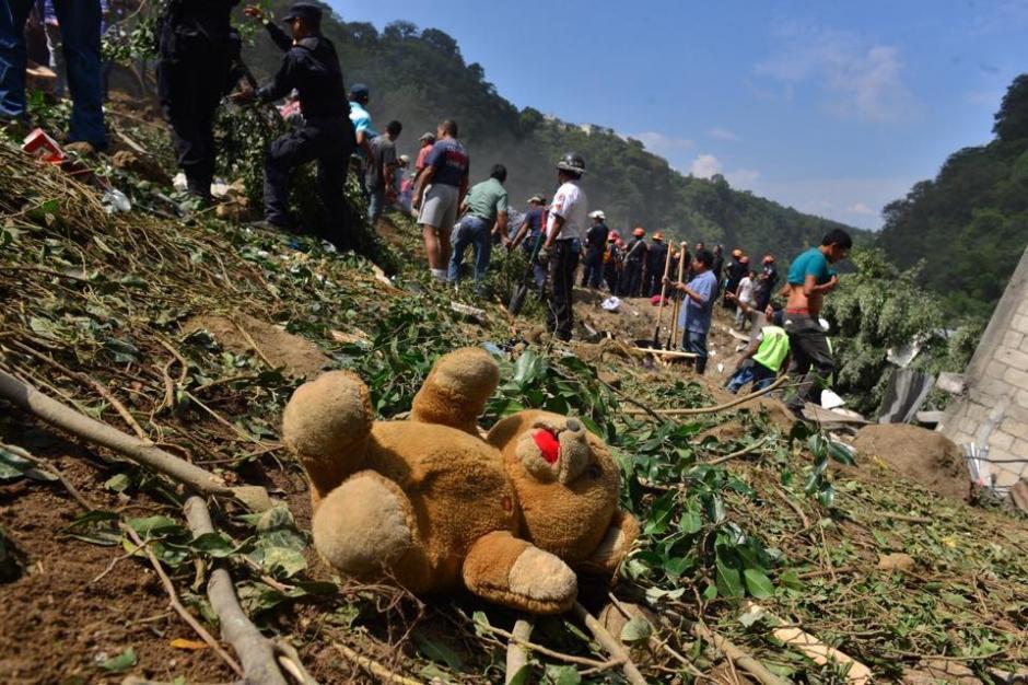 Varias pertenencias de las familias fueron encontradas en el lugar del desastre. (Foto: Jesús Alfonso/Soy502)