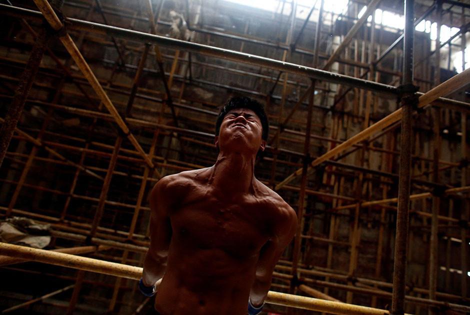 Shi aprovecha su tiempo libre en la construcción para hacer ejercicio. (Foto: Reuters)
