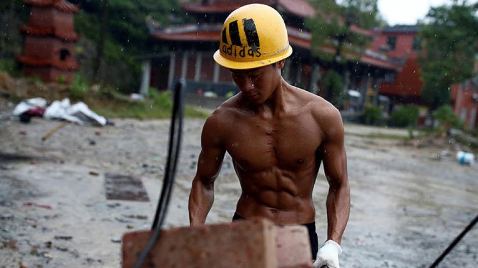 Shi Shenwei es un constructor famoso por sus abdominales en una provincia china de Fujian. (Foto: Reuters)
