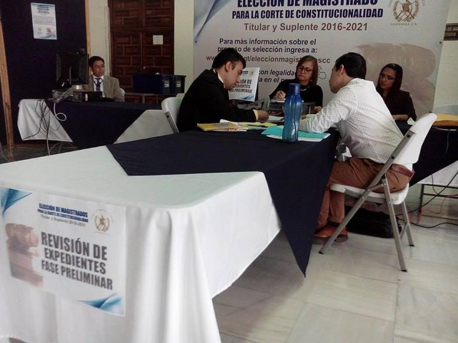 Comisión de Apoyo integrada por representantes del Organismo Judicial y Cámaras de la CSJ finaliza revisión de expedientes y redacta acta. (Foto: @OJGuatemala)