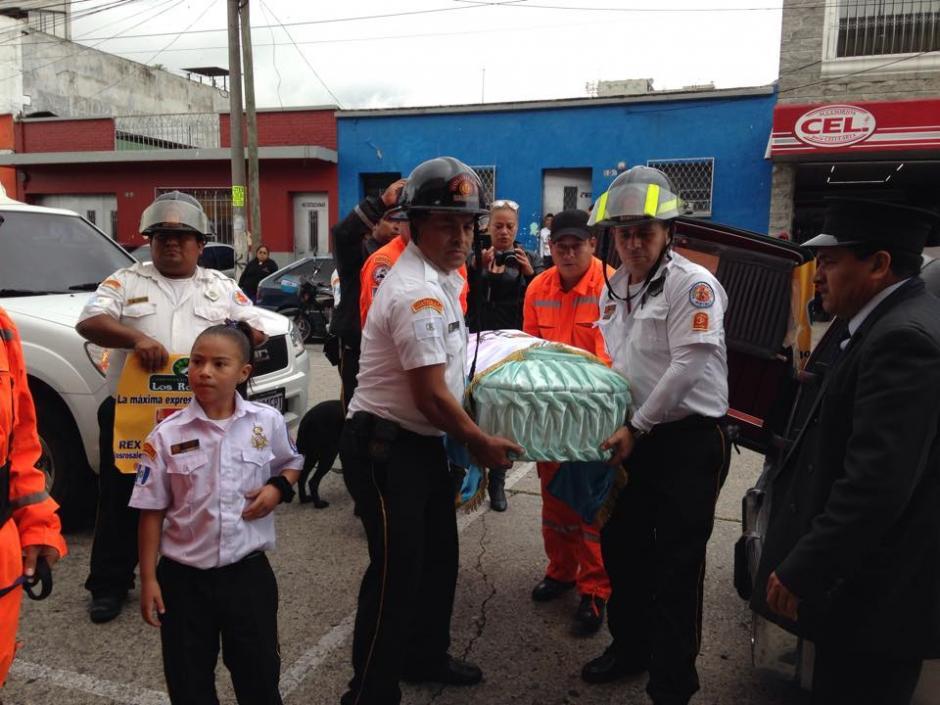 Los Bomberos Voluntarios trasladaron a Rex, su compañero desde 2001. (Foto: Fredy Hernández/Soy502)