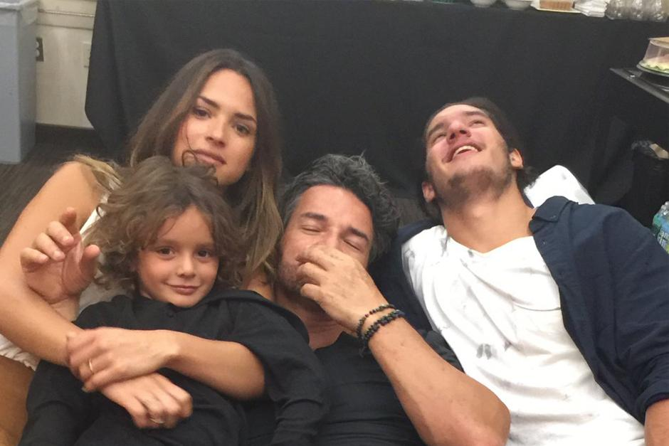 Ricardo Arjona comparte una fotografía con sus tres hijos. (Foto: Twitter)