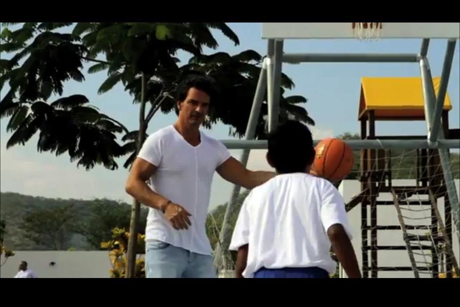 Ricardo Arjona visita constantemente la escuela para compartir con los niños. (Foto: