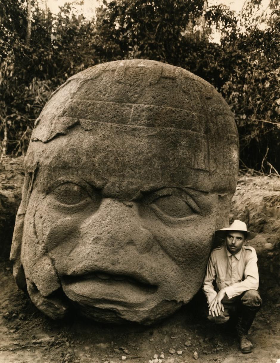 La foto realizada por Richard Hewitt Steward, durante una expedición en Tabasco, México en el año 1938, donde descubrieron 11 cabezas de piedra de la civilización Olmeca. (Foto: National Geographic)