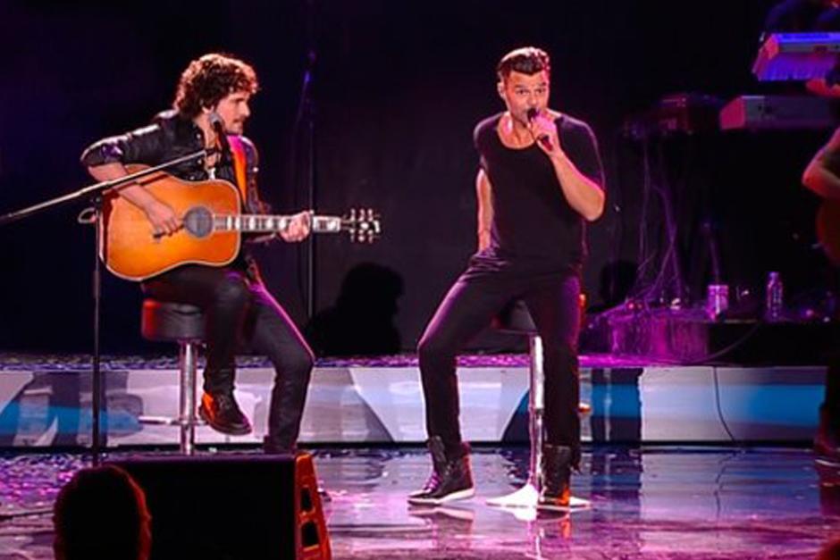"""Ricky Martin invitó al escenario a su compatriota Tommy Torres, miembro del jurado del festival de este año, junto a quien interpretó la canción """"Tu Recuerdo"""", compuesta por Torres.(Foto: CHV)"""