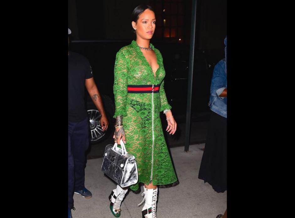 Rihanna salió sin sostén y de inmediato los fotógrafos captaron sus curvas.  (Foto: stylebook)
