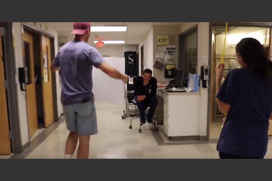 Este joven tiene una gran sorpresa para un amigo. (Foto: YouTube)