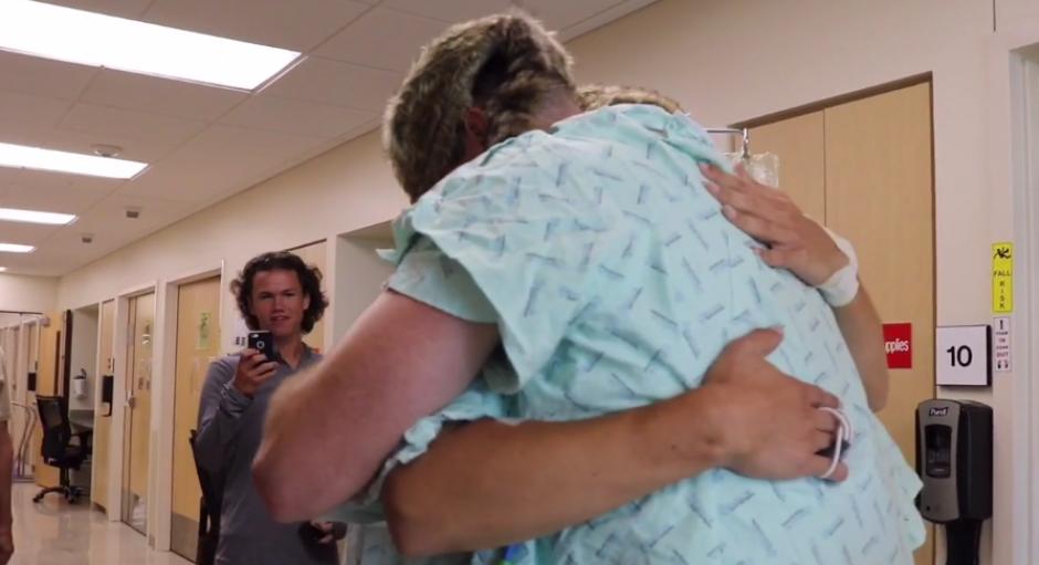 Este es su primer abrazo luego de la operación. (Imagen: Captura de YouTube)