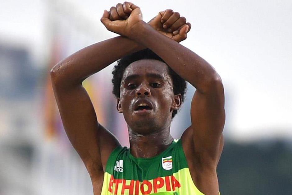 El etíope Feyisa Lilesa atravesó la línea de meta con los brazos cruzados protestando contra su Gobierno. (Foto: El País)