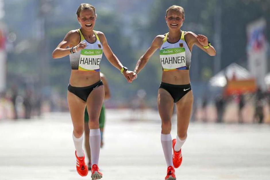 Las gemelas alemanas Lisa y Anna Hahner llegaron a la meta tomadas de la mano. (Foto: Marca)