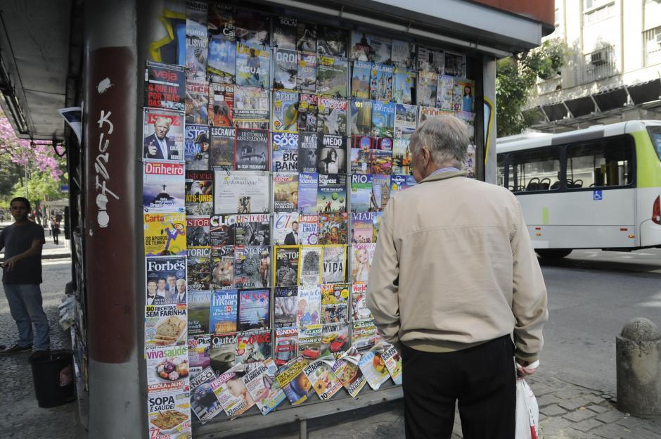 En las esquinas de Río es muy común ver venta de periódicos y revistas de todo tipo. (Foto: Pedro Pablo Mijangos/Soy502)