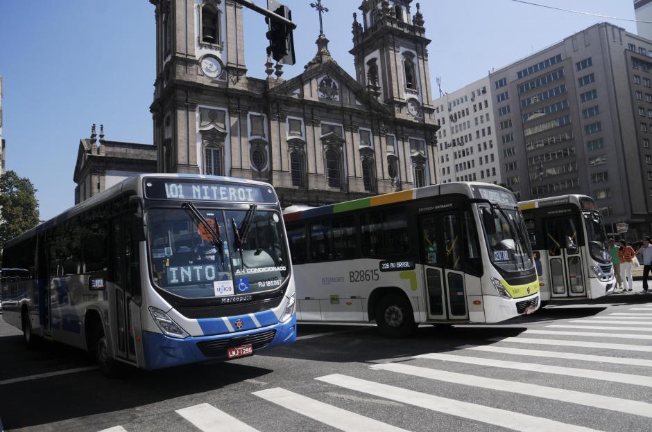 Algunos de los buses que se utilizan en Río, al fondo una de las iglesias católicas más emblemáticas de la ciudad: La Candelaria. (Foto: Pedro Pablo Mijangos/Soy502)