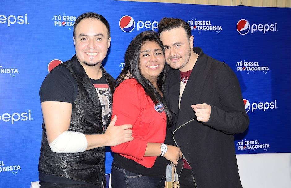 Raúl y Jose Luis Roma compartieron con las fanáticas fotografías y autógrafos. (Foto: Soy502)