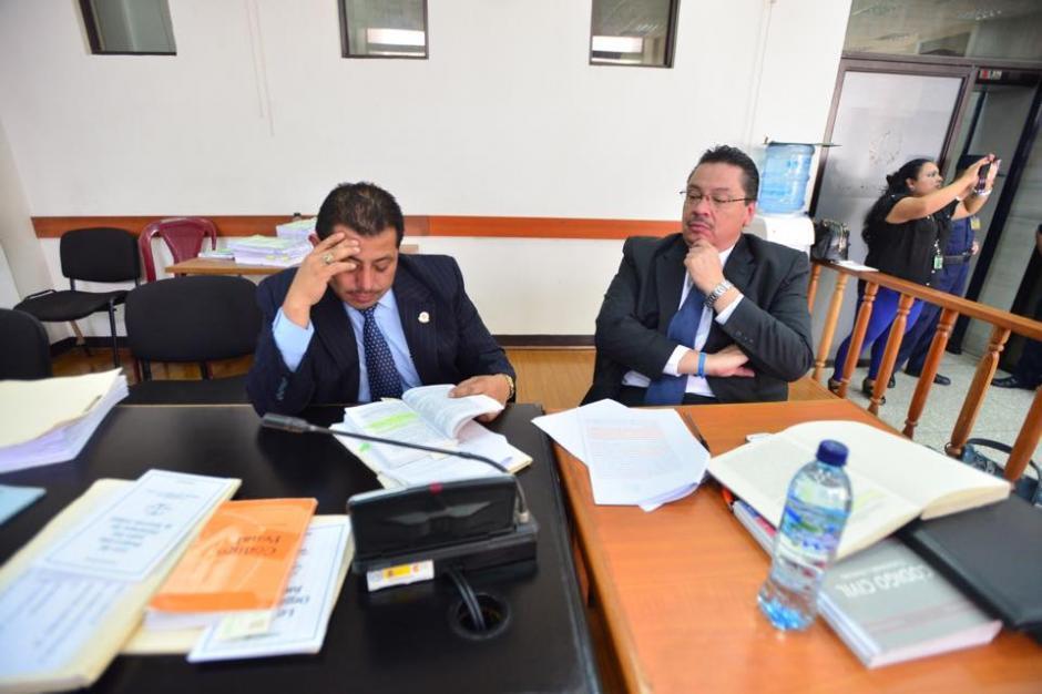 Los representantes de Ríos Montt el momento de que el tribunal leyera su resolución. (Foto: Jesús Alfonso/Soy502)
