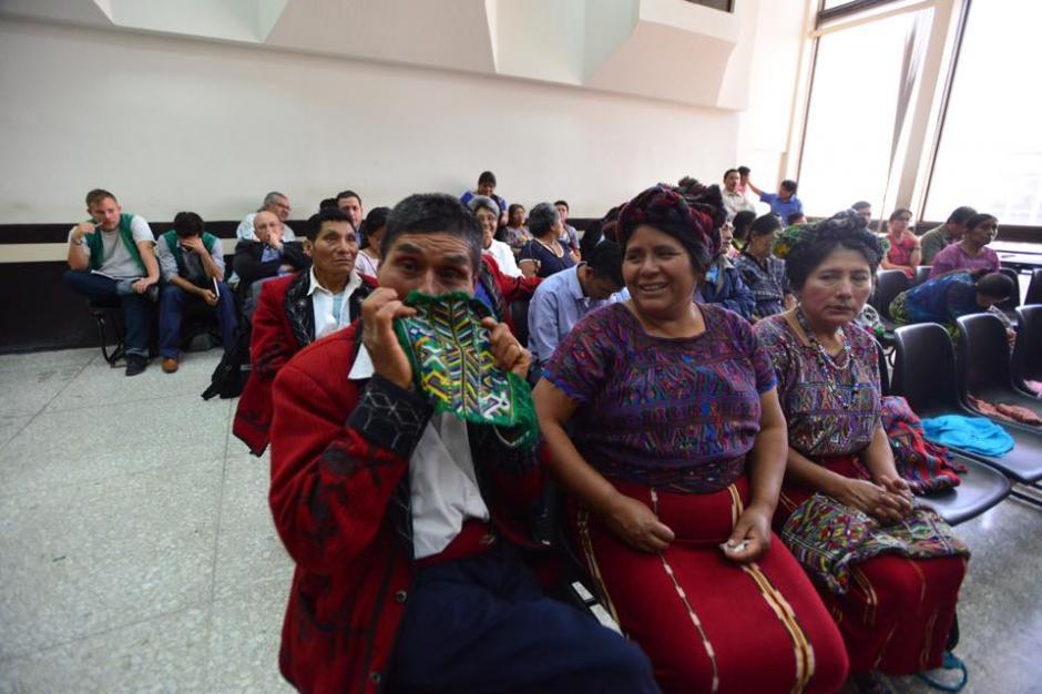 Varias personas de las comunidades afectadas por genocidio siguen el caso contra Ríos Montt. (Foto: Jesús Alfonso/Soy502)