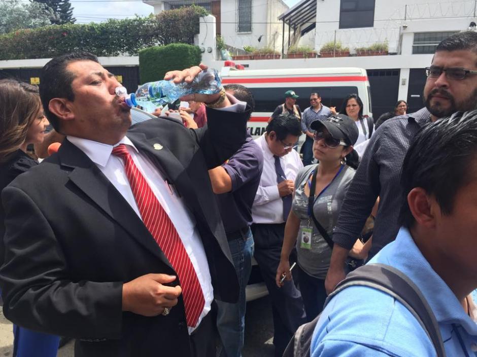 El abogado Jaime Hernández llegó sediento a la casa de su defendido luego de estar en Torre de Tribunales. (Foto: Jesús Alfonso/Soy502)