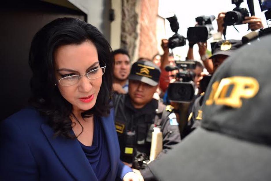 La candidata presidencial por el partido VIVA, Zury Ríos, atiende a los fiscales mientras los abogados intentan frenar el traslado. (Foto: Jesús Alfonso/Soy502)