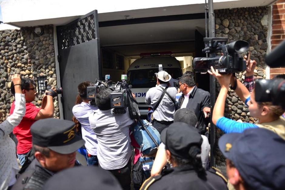 El momento en que la ambulancia del Centro Médico ingresa a la casa de Ríos Montt. (Foto: Jesús Alfonso/Soy502)