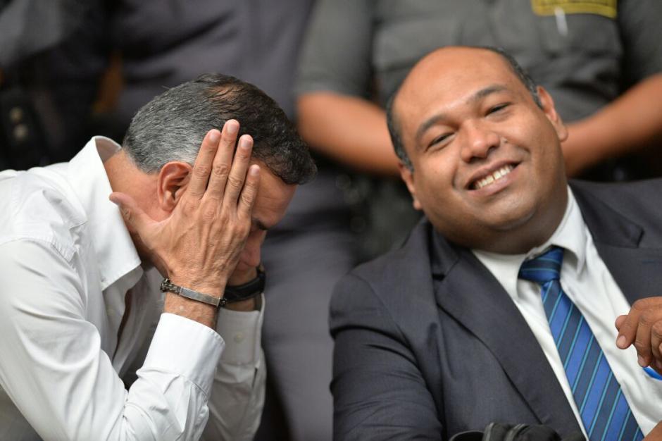 Juan de Dios Rodríguez y el abogado de Baldetti conversan y se divierten en la audiencia. (Foto: Wilder López/Soy502)