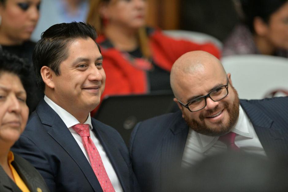 El abogado de Mario Cano bromea con un colega. (Foto: Wilder López/Soy502)