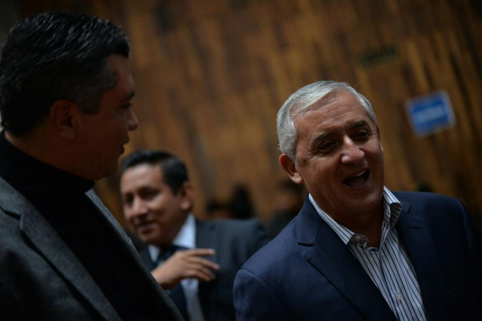 El exmandatario Otto Pérez Molina se ríe antes que inicie la audiencia. (Foto: Wilder López/Soy502)