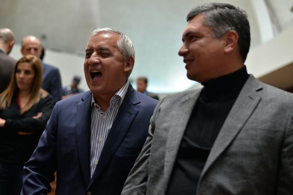 Otto Pérez ríe al hablar con su yerno, Gustavo Martínez, quien también sonríe sin parar. (Foto: Wilder López/Soy502)