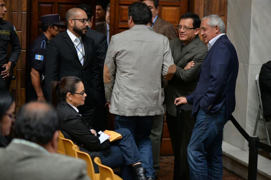 El grupo de abogados defensores y los exmandatarios hacen bromas. (Foto: Wilder López/Soy502)